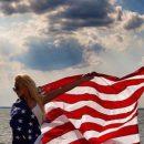 Агилера поделилась снимками в купальнике и с американским флагом
