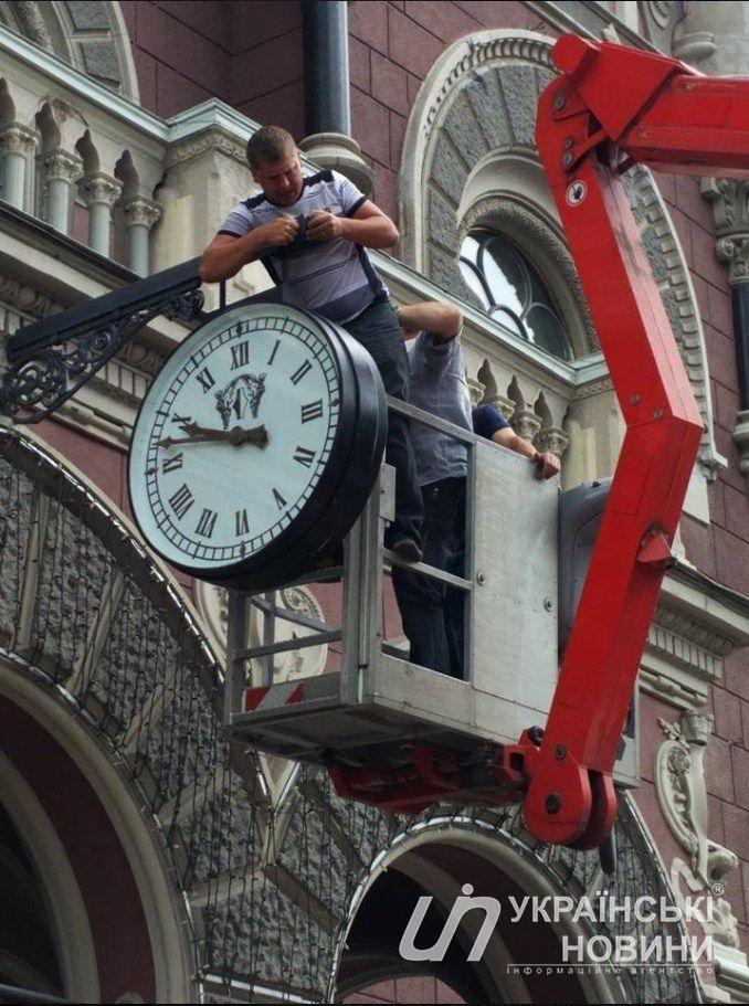 Плохая примета: в Нацбанке остановились главные часы, а затем вовсе исчезли. Как и Гонтарева