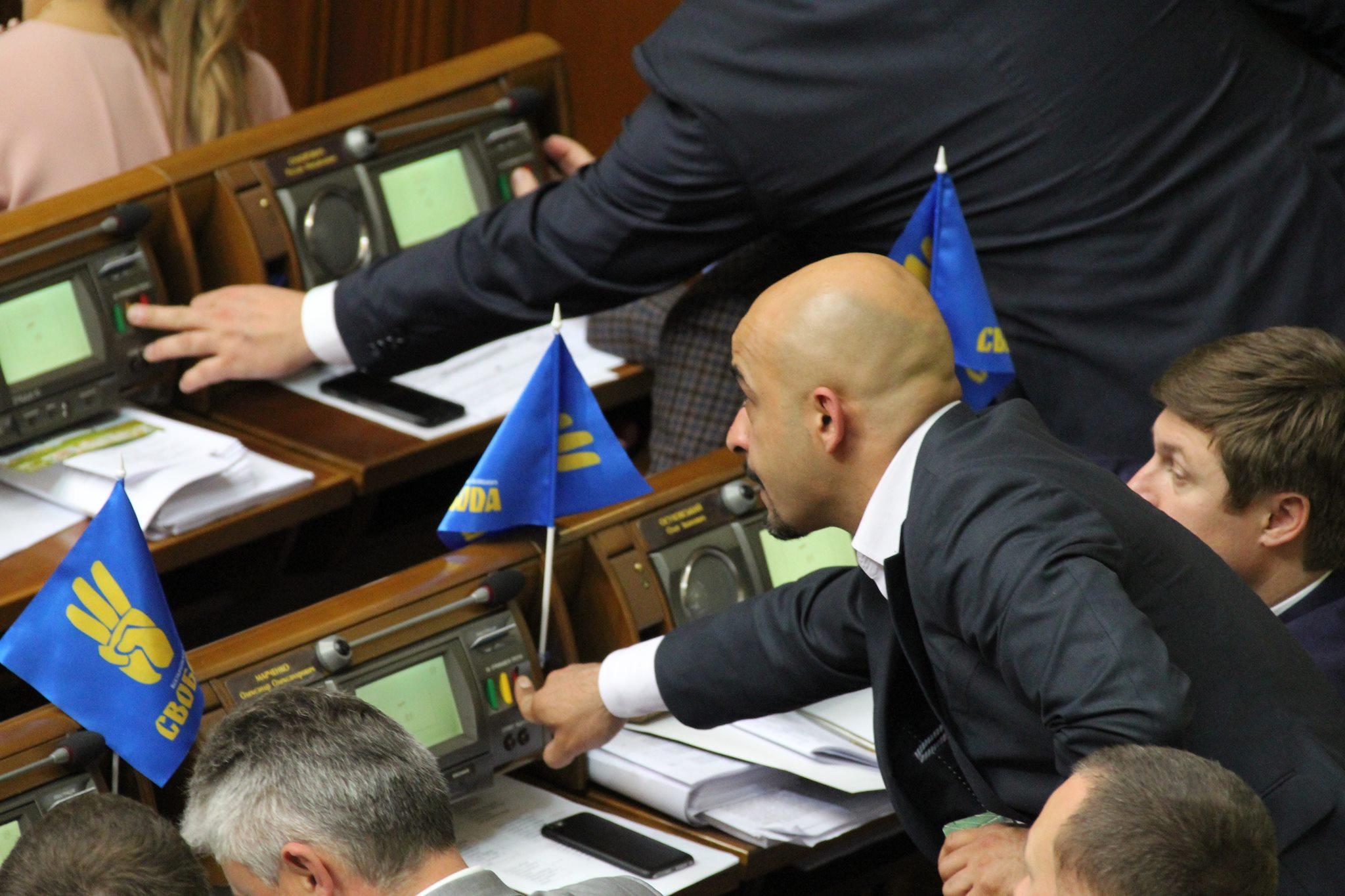 Депутатская стирка: парламентарии активно удаляют свои данные из интернета. Богатая жизнь любит тишину