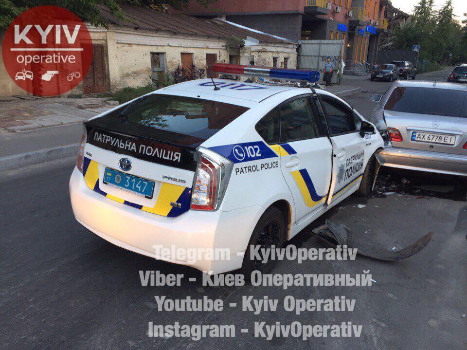 Анекдот: стоит Mercedes и тут в ему в зад «влетает»… Нет, не Запорожец, а полицейская машина (фото)