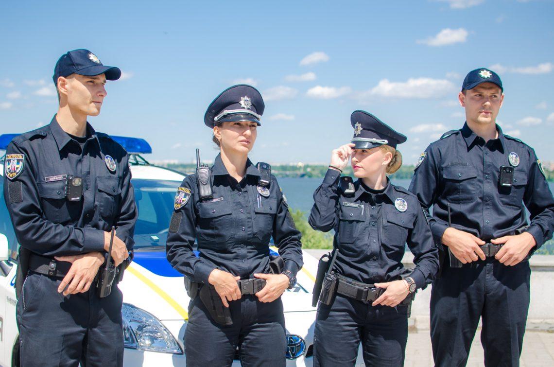 Пьяная компания избила полицейских. Те даже оружие не применили. Когда полиция сможет спокойно ходить по городу?!