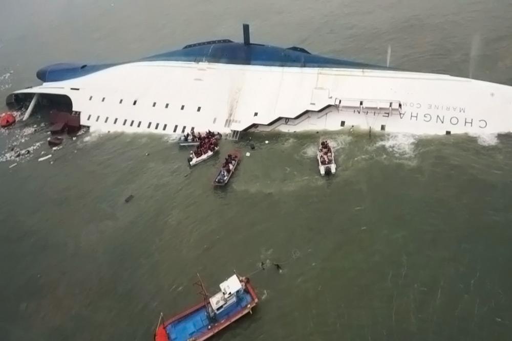 Французский камикадзе: летчик протаранил корабль с туристами (видео)