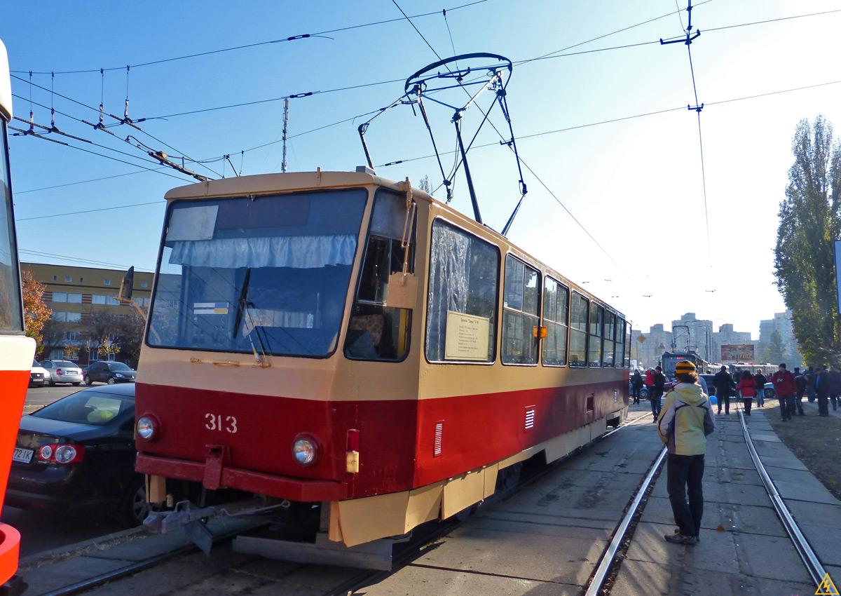 Трагедия в Киеве: мама с ребенком погибли под колесами трамвая