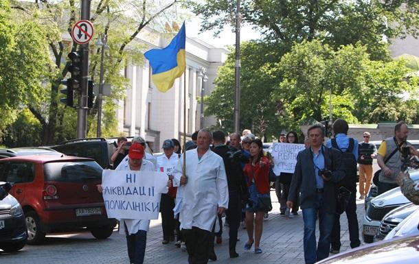 Медики взбунтовались против властей: начали пикетировать Раду