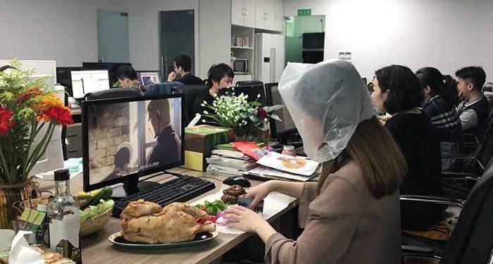 Слабо повторить? Девушка приготовила курицу-гриль прямо на рабочем месте. Сеть в восторге