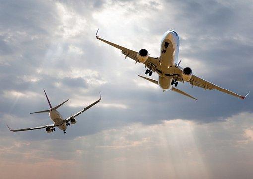 В шаге от катастрофы: пенсионер снял два самолета, которые едва не столкнулись