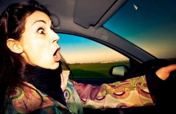 Сядет на долго: женщина сняла наручники и угнала полицейский автомобиль