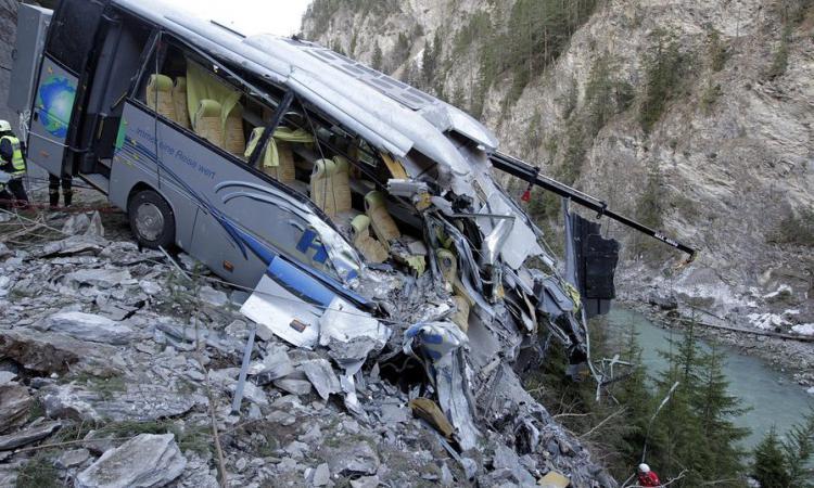 Трагедия на известном курорте: в пропасть упал автобус с туристами. Есть жертвы