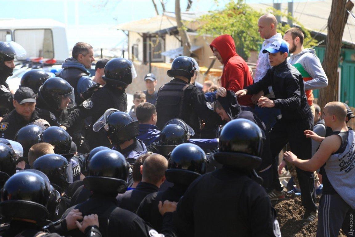 Месть за смерть детей: штурм одесской мэрии закончился схваткой с полицией. В ход пустили газ
