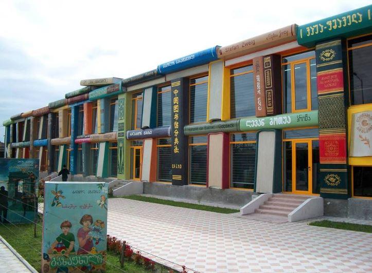 Школа в Грузии. Построено при правлении «Гастролера» Саакашвили, который, по словам Порошенко, ничего для Грузии не сделал!