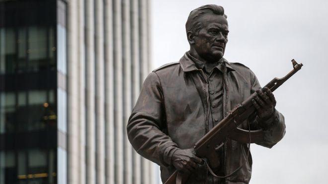 Скрепы дали трещину: на памятнике Калашникову в Москве изображен немецкий автомат