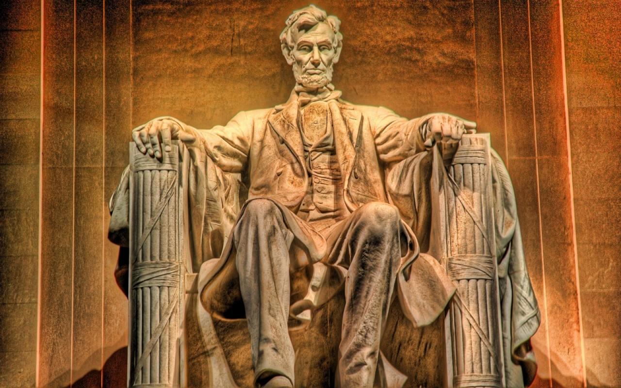 Житель Кыргызтана переименовал памятник 16-му президенту США: теперь он Нуртылек Линкольн
