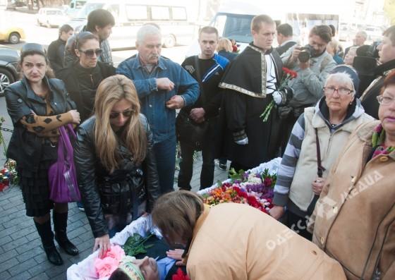 Одесса сегодня плачет… Прощаются с девочками, погибшими в пожаре лагеря «Виктория». Трудно сдержать слезы