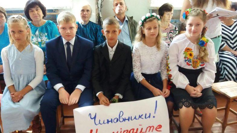 Пока чиновники пиарятся на 1 сентября, дети Житомирщины умоляют не закрывать их школу