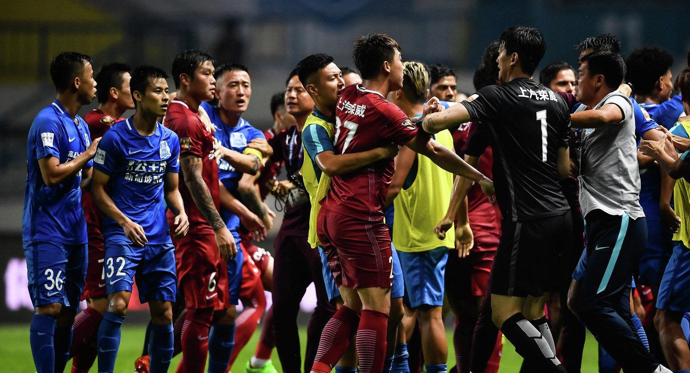 Футбол по-китайски: охранники избили игроков дубинками