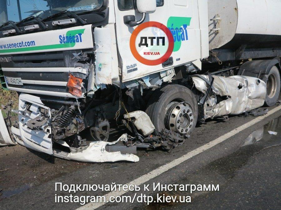 Стрелка застыла на 150 км/ч: под Киевом произошла жутка авария, водителю оторвало голову