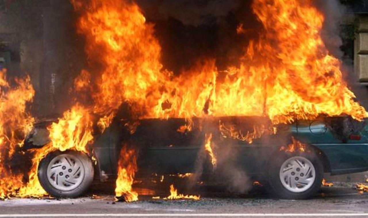 12 автомобилей и два грузовика загорелись в результате ДТП