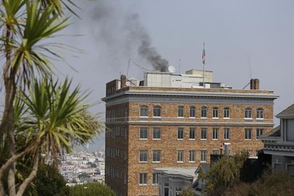 Что-то быстро сжигают: фотографы засекли черный дым из трубы российского консульства в США