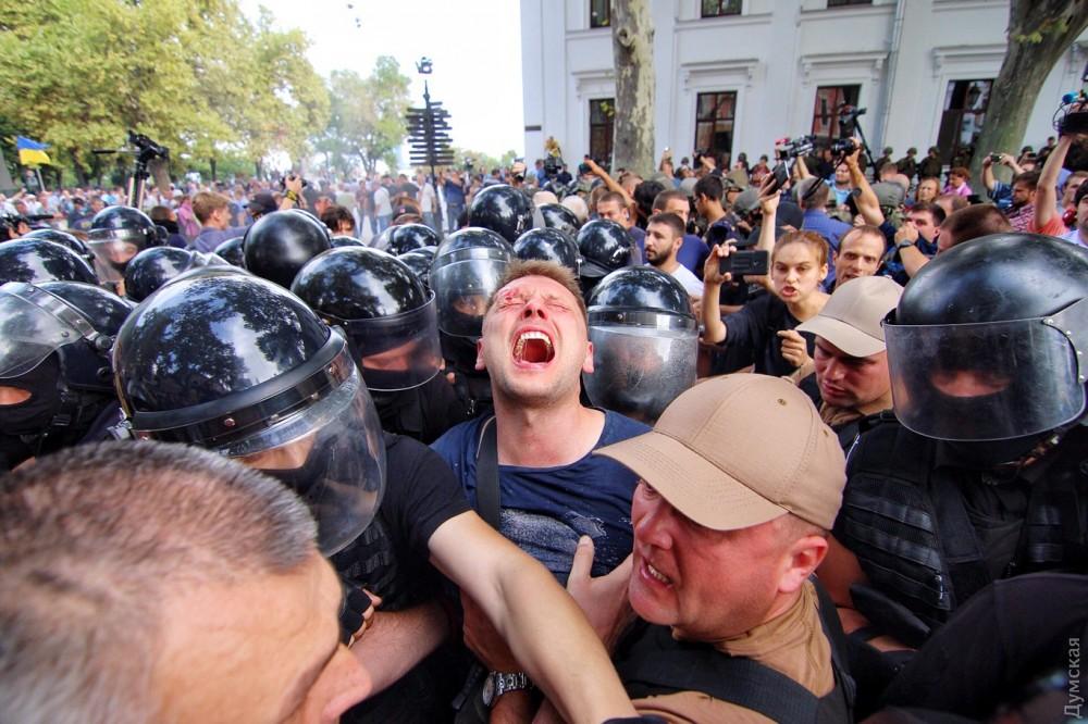 Одессу лихорадит: люди в масках прорвались в горсовет и требуют приезда Порошенко