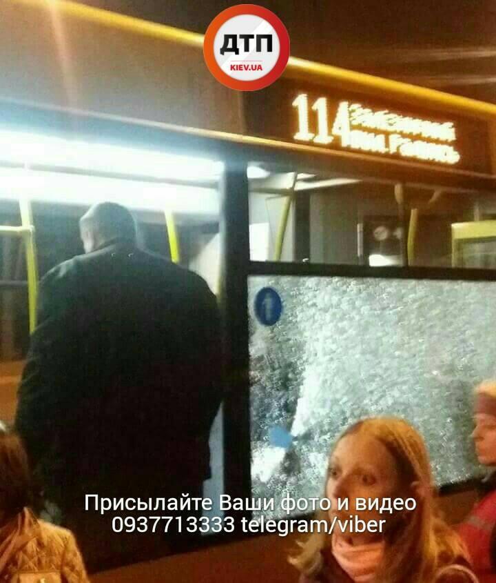 ШОК! Двое неадекватных бросили камень в автобус. Есть пострадавшая