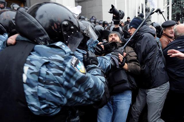 """ВАЖНО! Под Радой """"Беркут"""" жестко заломал бойца """"Азова"""""""