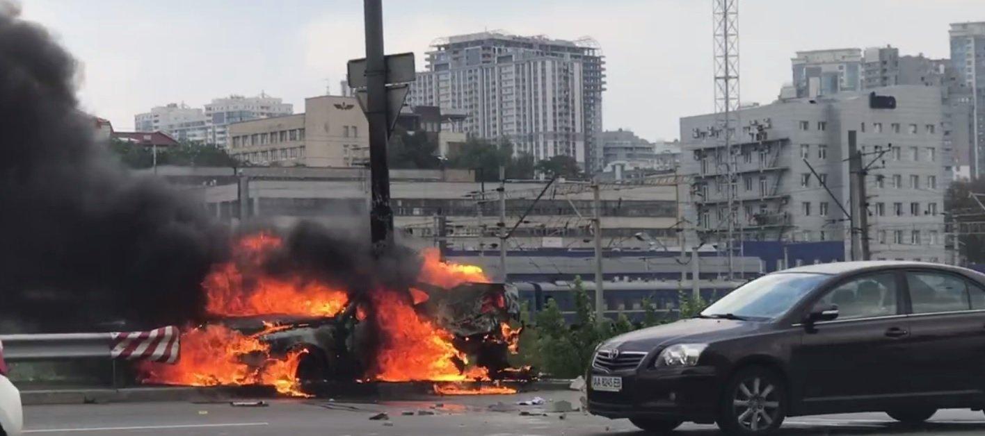 Рвануло так рвануло! В Киеве чтобы потушить горящий Opel потребовались 2 пожарные машины