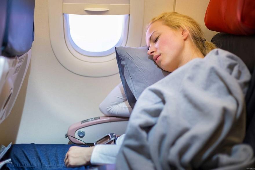 Спички в глаза: спать в самолетах опасно для здоровья