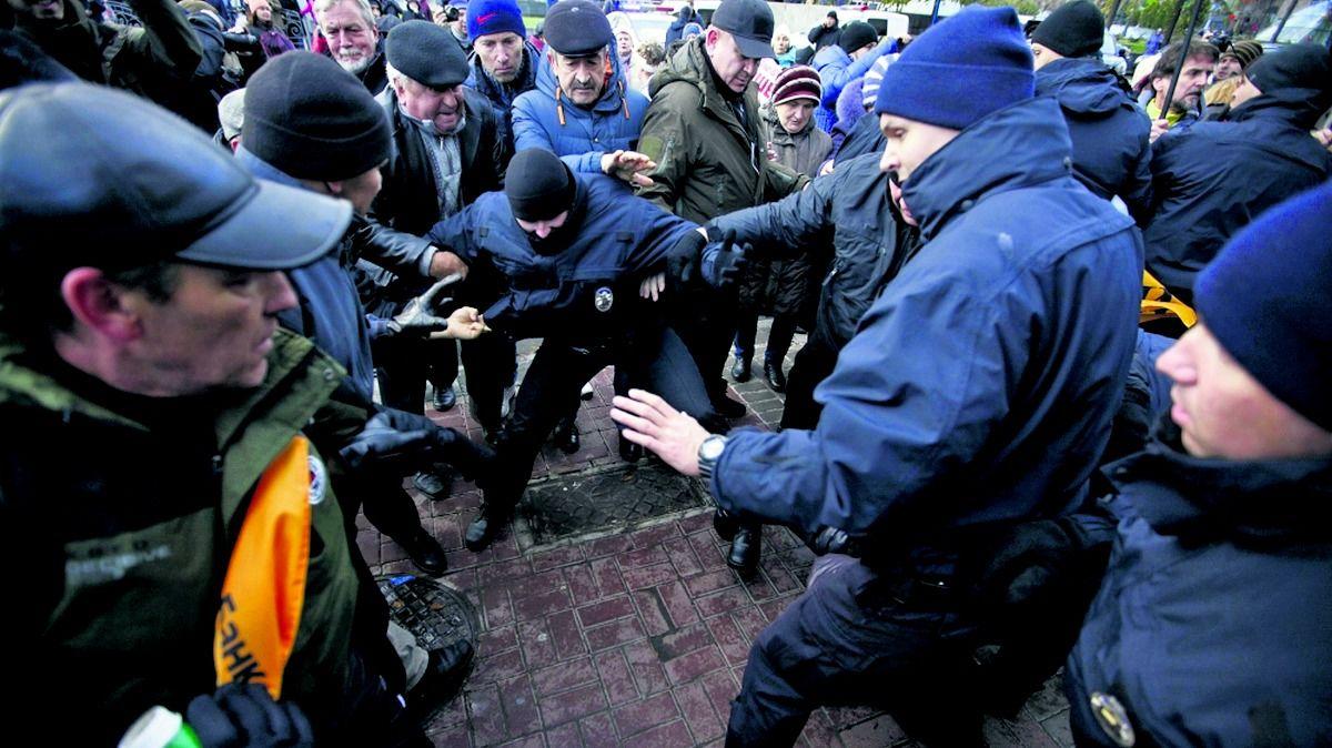 ЭТО МАЙДАН? Киев захлестнули акции протеста. Жгли Раду, теперь пошли к Кличко