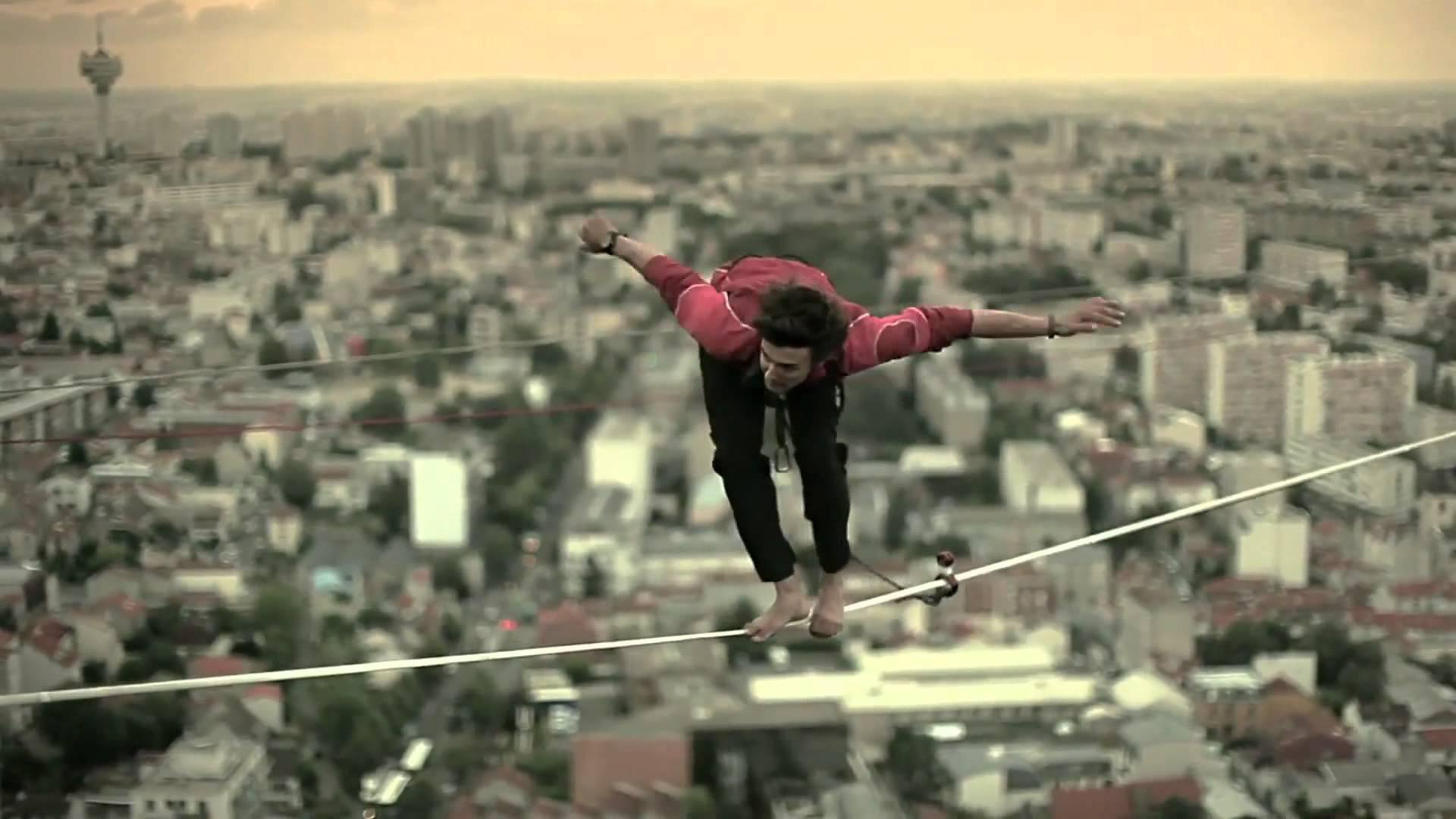 Игра со смертью: чтобы не платить за номер турист пытался сбежать из отеля по проводу на 19-метровой высоте