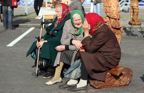 Наши пенсии отдали банкирам. Бабушки подождут. Так велел Гройсман
