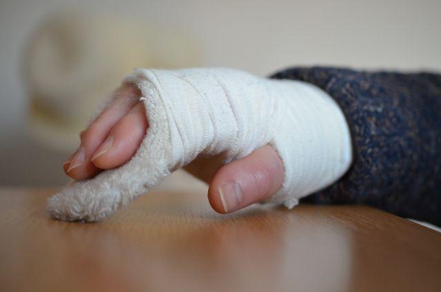 СРОЧНО! В Киеве полицейский сломал руку хрупкой девушке. Видео инцидента