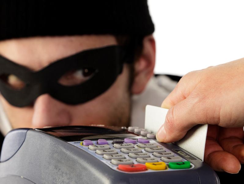Узнайте что делать! У украинцев массово пропадают деньги с карточек Приватбанка