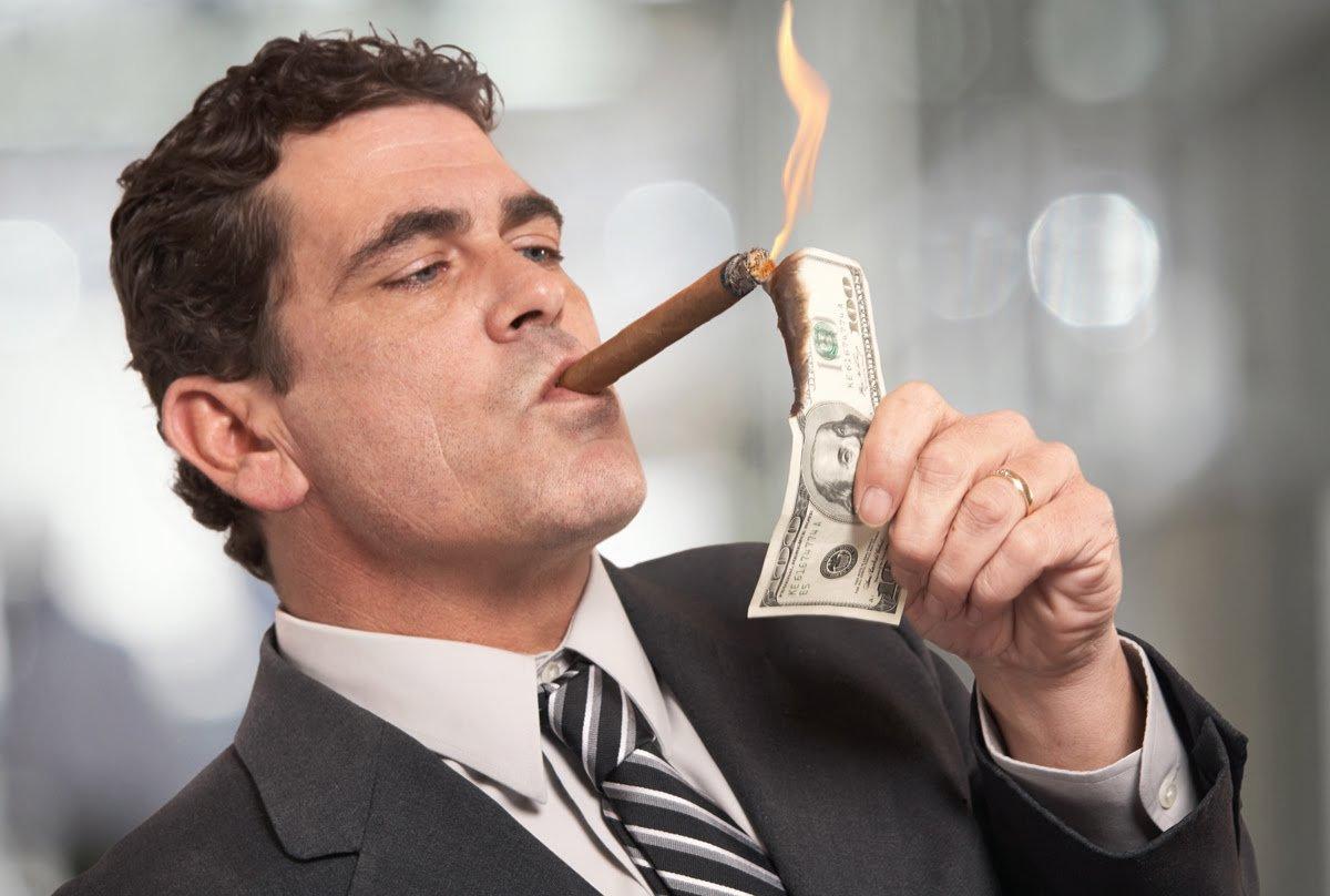 Краденого не хватает: членам правления Нацбанка в разы повысили зарплату