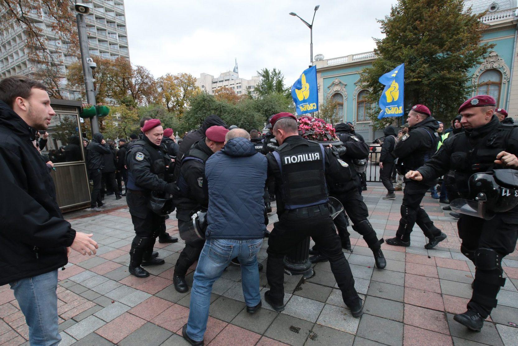 У Рады началась драка: в ход пошел слезоточивый газ