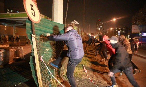 Ум за разум! Во время разгрома автозаправки в Киеве пострадало 15 человек