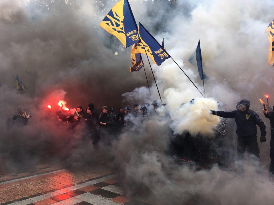 СРОЧНАЯ НОВОСТЬ! Активисты жгут Верховную Раду, депутаты в панике