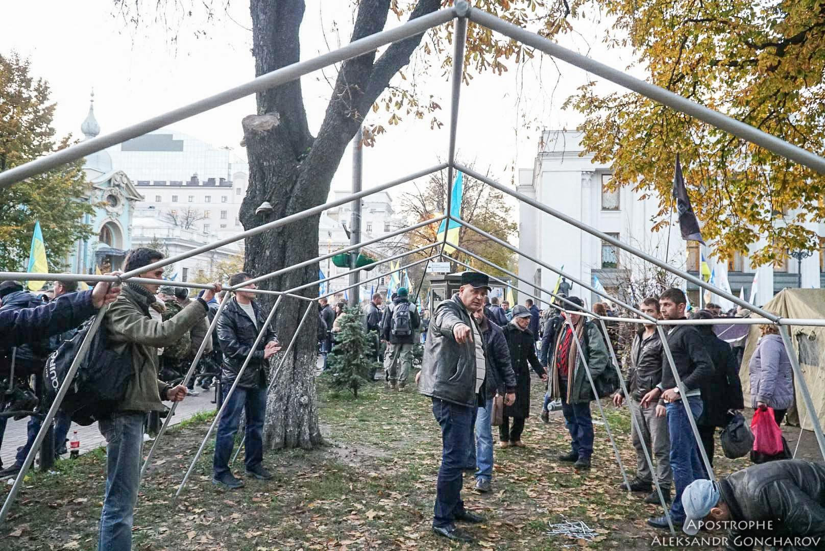 НОВЫЙ МАЙДАН? В центре Киева выставляют палатки. Акция протеста продолжается