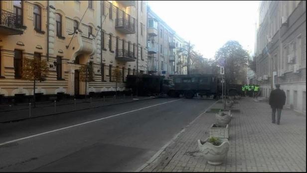 Ситуация обостряется: к Раде перебрасывают военную технику