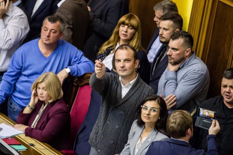 Гоните деньги: депутаты должны заплатить за сломанные микрофоны