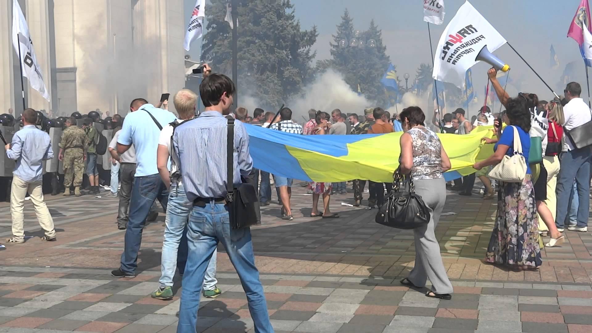 Терпение лопнуло: под Радой протестующие напали на депутата